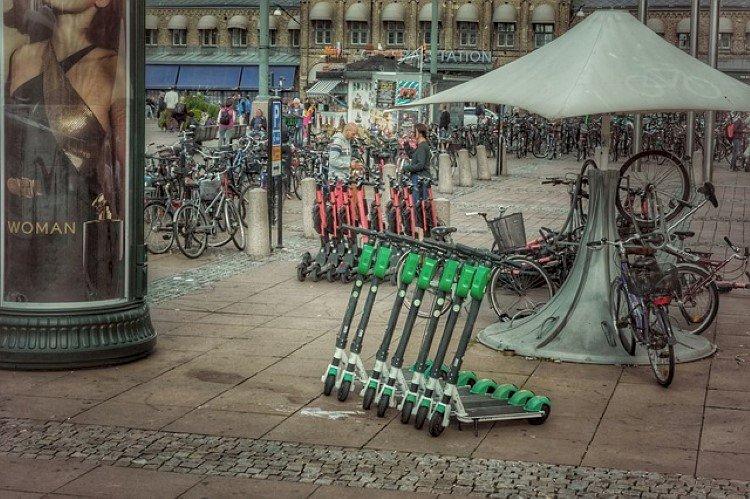 Sähköpotkulauta ja pyöräilijät